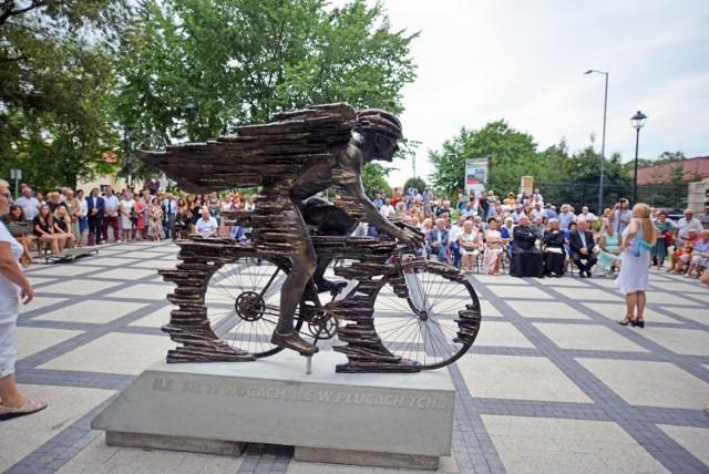 Uroczystość odsłonięcia pomnika i tłumy ludzi