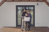 Fotograf z Człuchowa poprawia mieszkańcom humory, angażując do sesji fotograficznych w oknach i na balkonach (zdjęcia)