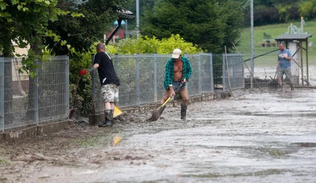 Mieszkańcy Chmielnika usuwają skutki potężnej ulewy, która w niedzielę spowodowała miejscowe podtopienia.  Podczas niedzielnych podtopień uszkodzone zostały również piłkarskie boiska [ZDJĘCIA]