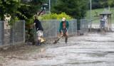 Mieszkańcy Chmielnika usuwają skutki potężnej ulewy, która w niedzielę spowodowała miejscowe podtopienia [ZDJĘCIA]