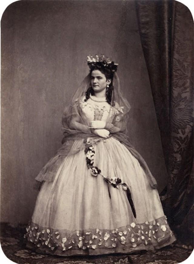 Jak wyglądały suknie ślubne w XIX w.? Niektóre zdjęcia mają ponad 160 lat! [GALERIA]