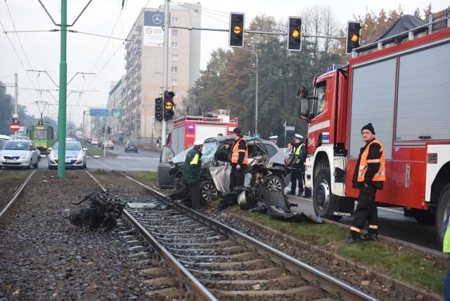 Tramwaj zderzył się z samochodem. Pięć osób rannych