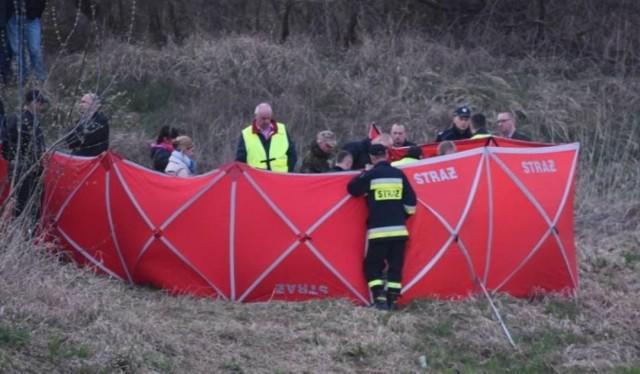 Na miejsce przybyli strażacy oraz ratownicy WOPR. Wyciągnęli mężczyznę z jeziora. Niestety nie udało się go uratować