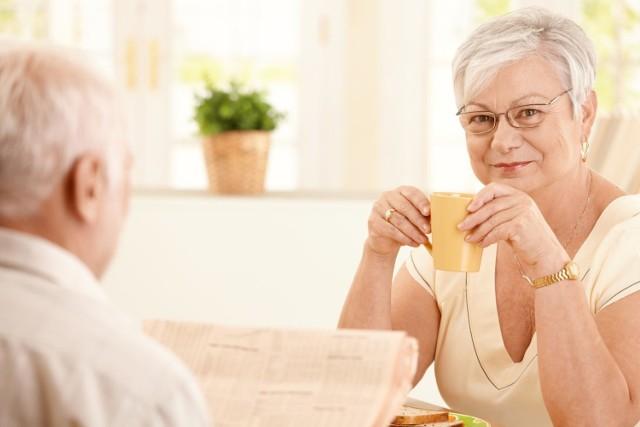 Zbyt wysokie ciśnienie krwi nazywane jest cichym zabójcą, ponieważ jest jednym z głównych czynników prowadzących do powikłań sercowo-naczyniowych takich jak zawał serca i udar mózgu oraz związanych z nimi zgonów.    Ponieważ nadciśnienie to w przeważającej liczbie przypadków wynik nieprawidłowego stylu życia, parametr ten można znacząco obniżyć za pomocą zmian codziennych nawyków.   Na kolejnych slajdach zobacz, które produkty obniżają ciśnienie krwi i w jakim stopniu!