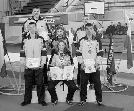Ekipa Dragona Janów. W pierwszym rzędzie medaliści - Martyna Kisiel i Daniel Karoń. FOTO: