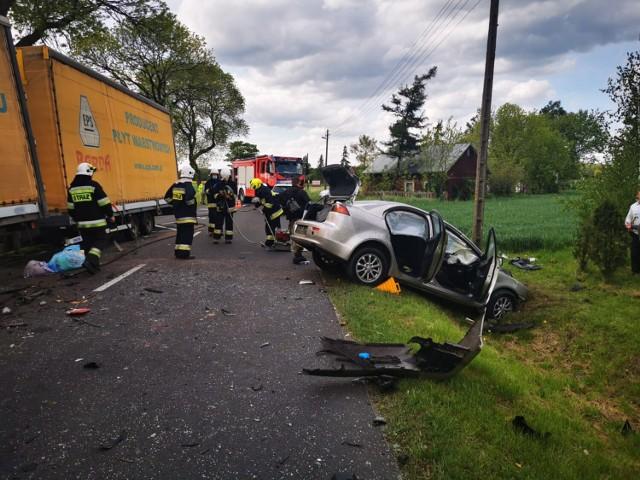 Wypadek w Szadku. Kierowca zakleszczony w samochodzie. W akcji śmigłowiec LPR