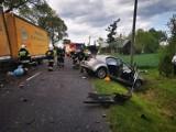 Wypadek w Szadku. Kierowca zakleszczony w samochodzie. W akcji śmigłowiec LPR ZDJĘCIA