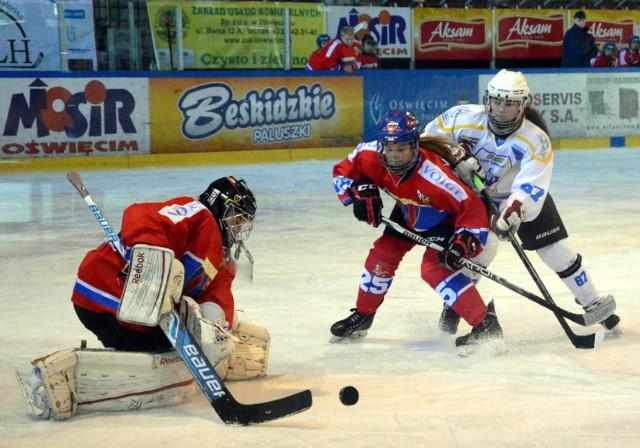 Ada Wawrzyk (z prawej, w białej koszulce) po krótkiej przygodzie z hokejem trafiła do reprezentacji Polski osiemnastolatków.