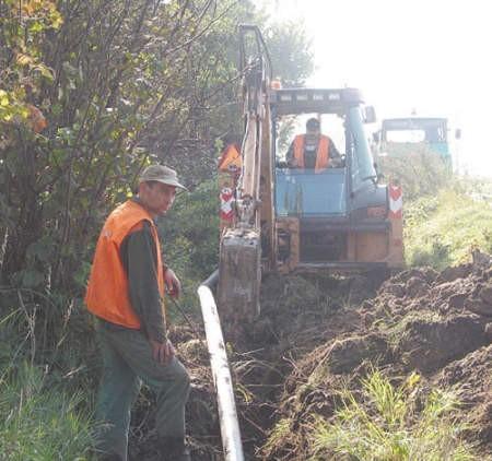Arkadiusz Sapota i Dariusz Palka pracują przy wymianie wodociągów w Gródkowie.