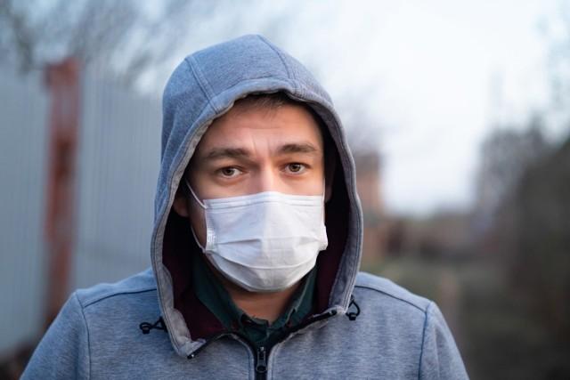 Oddychanie w maseczce sprawia, że jej materiał gromadzi wilgoć. Choć stwarza to wiele problemów, przynosi też korzyści!