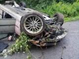 Wypadek w Rudce. Kierujący bmw i nastoletni pasażerowie trafili do szpitala [ZDJĘCIA]