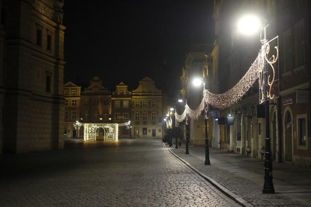 To była smutna noc sylwestrowa w Poznaniu. Miejsca, które zazwyczaj o tej porze tętniły życiem, w ostatni wieczór 2020 roku pozostawały puste. Wszystko przez pandemię koronawirusa i obowiązujące obostrzenia. Większość mieszkańców postanowiła świętować nadejście nowego roku 2021 we własnych domach.   Zobacz zdjęcia z nocy sylwestrowej w Poznaniu --->
