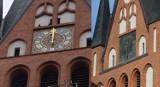 Kościół Mariacki w Szczecinku. Wieża mieni się złoceniami cyferblatów [zdjęcia]