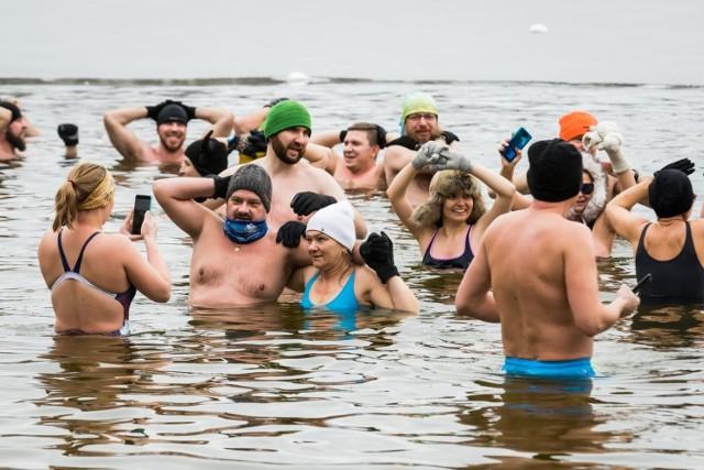 W podbydgoskich Pieckach spotkali się amatorzy zimnych kąpieli pod otwartym niebem czyli morsowania