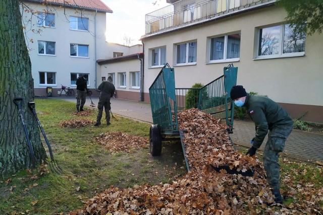 Tak żołnierze pomagają w opolskich placówkach opiekuńczo-leczniczych.