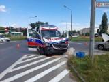 W Kielcach wypadek z udziałem karetki. Dwie osoby trafiły do szpitala [ZDJĘCIA]