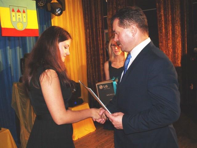 Marta Kręplewska z Radziejowa odbiera nagrodę za pierwsze miejsce z rąk Sławomira  Boguckiego, burmistrza Piotrkowa Kuj.