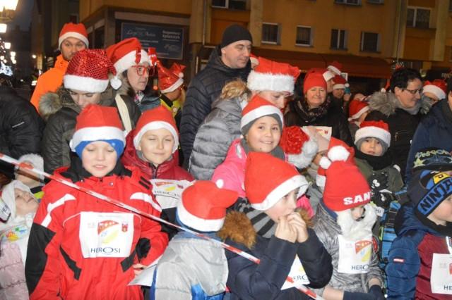 W piątek, 6 grudnia, w godzinach wczesnowieczornych plac ratuszowy w Świebodzinie wypełnił się uczestnikami trzeciej edycji biegu rodzinnego, zorganizowanego przez Klub Sportowy Herosi i miejscowy ośrodek sportu.   Mroźna aura sprawiła, że początkowo chętnych do startu było niewielu, lecz było to zgoła mylne wrażenie. Tuż przed planowanym startem ruszyły zapisy, do których zgłosiła się niemal setka biegaczy w różnym wieku – od urodzonego w 2018 roku maluszka po byłą piłkarkę ręczną urodzoną w 1946 roku. Trasę biegu obstawiali tradycyjnie wolontariusze z Nowego Dworku, a sygnał do biegu dał burmistrz Tomasz Sielicki. Nagrody okazały się cenne, a były to medale i bilety na seanse kinowe.   Zobacz nasz Magazyn Informacyjny: