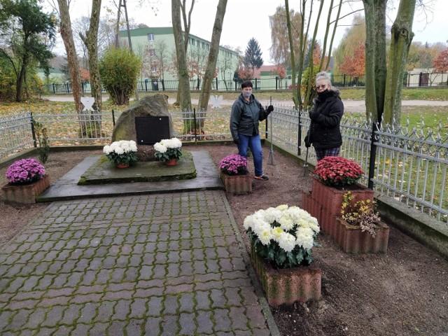 Kwiaty kupione przez urząd miasta i gminy Skępe zdobią pomniki, miejsca pamięci, skwerek i plac przed magistratem.