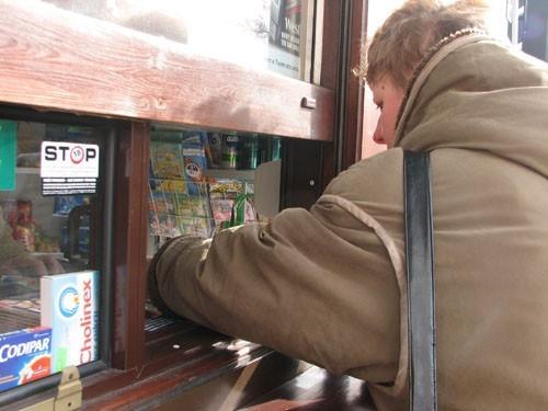 Naklejki informują, że nieletni nie kupią tu papierosów