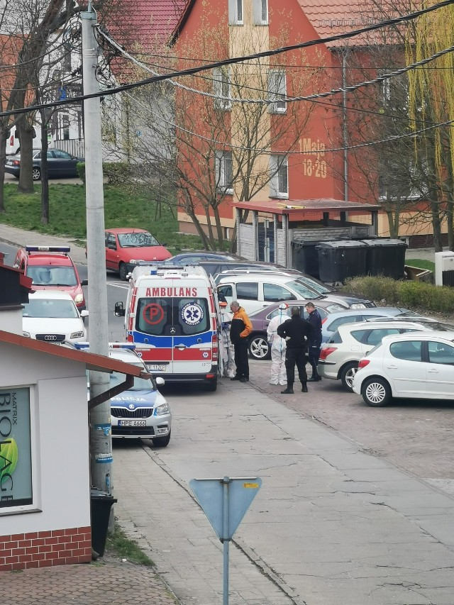 Karetka, personel medyczny w kombinezonach ochronnych. Ten widok uchwyciła jedna z mieszkanek Krosna Odrzańskiego.