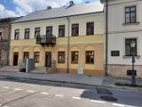 Zakończył się remont kolejnej kamienicy na Rynku w Radomiu. Rewitalizacja będzie wynajmować nowe mieszkania. Tak budynek wygląda od środka