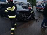 Groźny wypadek w Lublińcu ZDJĘCIA Na skrzyżowaniu ul. Klonowej i Powstańców Śląskich zderzyły się 2 samochody. 6 osób trafiło do szpitali