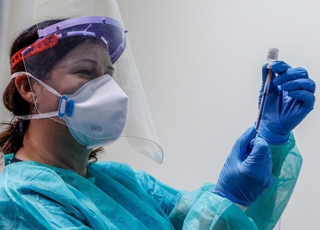 Od 15 stycznia przez tydzień na szczepienia przeciwko COVID-19 będą się mogli zapisywać 80-latkowie. Tydzień później ruszą zapisy dla osób po 70. roku życia.
