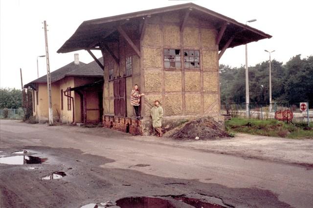 Tak wyglądał Dworzec Północny na przełomie XX i XXI wieku. Na pierwszym planie znajduje się rozebrany później przez PKP budynek ekspedycji towarowej. Bardzo dziękujemy autorowi tego zdjęcia, panu Bohdanowi Orłowskiemu, że się nim z nami podzielił.