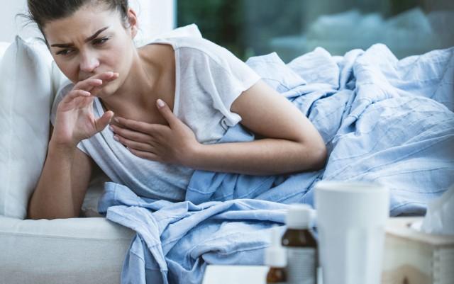 Nie wszystkie przypadki koronawirusa trafiają do szpitala. Jednak zdecydowana większość mieszkańców leczy się w domach. Proszę powiedzieć, co w takich sytuacjach jest najskuteczniejszym wsparciem w walce z chorobą?  Arkadiusz Błaszczyk, koordynator ds. COVID-19 w Szpitalu Specjalistycznym w Kościerzynie: Przede wszystkim stosowane jest leczenie objawowe, najczęściej to paracetamol obniżający gorączkę, jeśli taka się pojawia. Bywa, że potrzebny jest antybiotyk np. azytromycyna, jeśli dojdzie do nadkażenia bakteryjnego wcześniejszej infekcji wirusowej. Trzeba jednak jasno podkreślić, że antybiotyk nie leczy koronawirusa.    Jak leczyć się na COVID-19 w domu?   Przeczytaj porady lekarza na następnych planszach - KLIKNIJ I SPRAWDŹ >>>