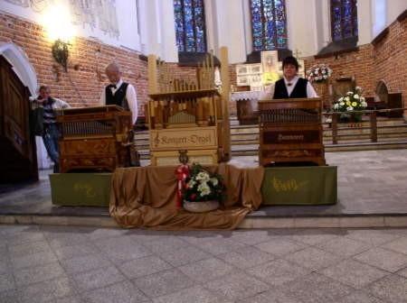 Zakręcili korbkami i zagrali piękne melodie z różnych epok - Antonie i Wolfgang Wohlmullerowie.