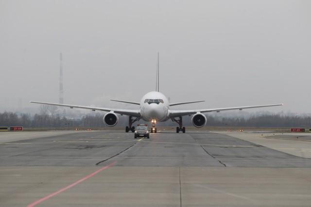 Szerokokadłubowy Boeing 767 w wersji cargo polskiej linii czarterowej SkyTaxi wylądował dziś na lotnisku w Jasionce koło Rzeszowa. Stąd będzie latał po Europie oraz na inne kontynenty, m.in. do Ameryki Północnej, Azji i na Bliski Wschód.   Maksymalny zasięg Boeinga 767-200 to 9600 km, a całkowita przestrzeń ładunkowa samolotu to ponad 440 m sześć. Górny pokład można zapełniać paletami w pięciu różnych konfiguracjach. W razie potrzeby, przewożąc ładunki specjalne, przestrzeń ładunkowa może zostać schłodzona nawet do 3 st. C.  ZOBACZ TEŻ: Na lotnisku w Jasionce powstał terminal cargo