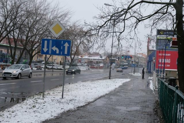 Zimno, brzydko i ponuro. Chociaż w Żarach sypnęło śniegiem, taka pogoda nie zachęca do spacerów.