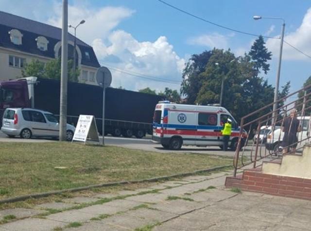 Do wypadku doszło w piątek (27 lipca) około południa na ul. Słubickiej w Krośnie Odrzańskim. O sprawie jako pierwszy poinformował nas na facebooku Czytelnik Marcin, który przysłał zdjęcia.  Do wypadku doszło około godziny 12.00 ul. Słubickiej w pobliżu ZUS-u. - Kierowca mitsubishi wyjeżdżał z ul. Kościuszki skręcając w prawą stronę, w kierunku Słubic. W tym samym momencie przez przejście dla pieszych przechodziła kobieta. Doszło do potrącenia. Poszkodowana została przewieziona do szpitala w Krośnie Odrzańskim z podejrzeniem urazu nogi - poinformowała asp. szt. Justyna Kulka, rzeczniczka Komendy Powiatowej Policji w Krośnie Odrzańskim.  Kierujący był trzeźwy. Nie ma utrudnień w ruchu.  Zobacz też: POLICJANCI ZATRZYMALI PODPALACZA, KTÓRY SPOWODOWAŁ STRATY WYSOKOŚCI 380 TYS. ZŁ   Zobacz też: OBCHODY ŚWIĘTA POLICJI W ZIELONEJ GÓRZE. AWANSE, NAGRODY I WYRÓŻNIENIA DLA POLICJANTÓW