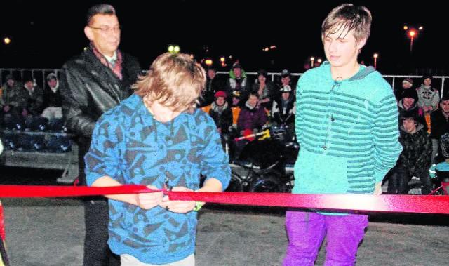 Przy otwarciu skateparku towarzyszyli młodzi skaterzy z Bogatyni