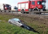 Wypadek na autostradzie A4, auto osobowe wylądowało w rowie