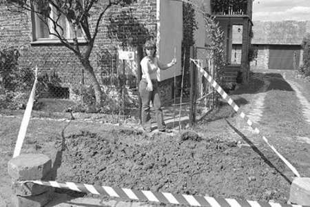 Pani Teresa nad wykopem po kolejnej wodociągowej awarii przed swoją posesją.