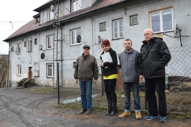 -Chcemy szukać sponsorów, którzy pomogą nam zadbać o osiedle, na którym mieszkamy - podkreślają członkowie Stowarzyszenia Razem. Od lewej: Bogusław Krakowiak, Kamila Maciąg-Raczyńska, Michał Szyposzyński i Waldemar Pyżyński.
