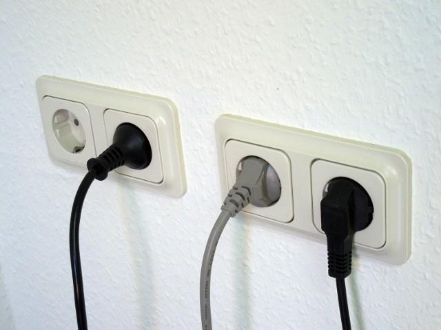Rachunki za prąd wzrastają co roku. Warto wiedzieć, co zużywa najwięcej energii w domu, by móc mieć te wydatki pod kontrolą.  Eksperci PGNiG sprawdzili, ile prądu zużywają poszczególne sprzęty domowe. Są to wyniki uśrednione, bo jedne gospodarstwa domowe mogą częściej używać danego urządzenia, inne – rzadziej.  Zobacz, które urządzenia pobierają najwięcej prądu w poniższej galerii >>>>>
