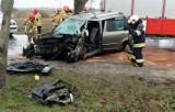 Groźny wypadek na drodze wojewódzkiej 212. Kierujący skodą uderzył w drzewo