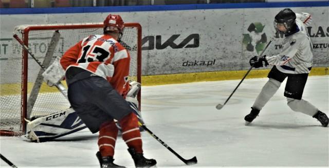 Kwalifikacja do mistrzostw Polski juniorów młodszych: UKH Unia Oświęcim - MKS Cracovia 2:4. Na zdjęciu: Ilia Baida zdobywa drugą bramkę dla oświęcimian