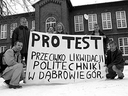 Dąbrowscy studenci Wydziału Mechanicznego Technologicznego Politechniki Śląskiej przygotowali transparenty.