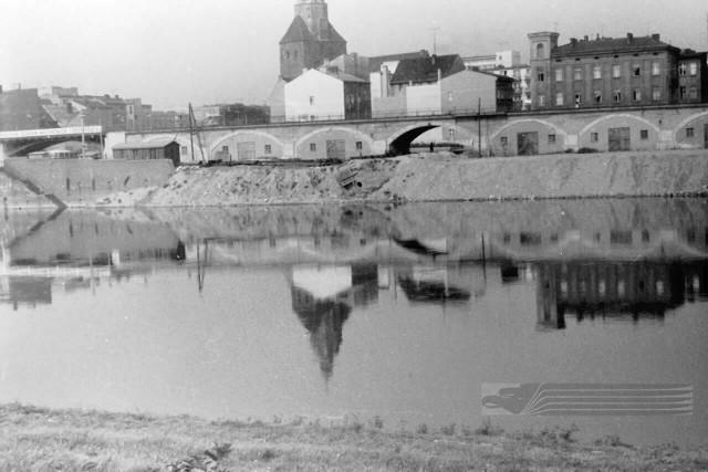 """Dziś nabrzeże Warty pomiędzy Wildomem a willą LOK-u to reprezentacyjna perełka miasta. Kiedyś to miejsce wyglądało zdecydowanie inaczej. Zobaczcie galerię starych zdjęć!  Przez lata brzeg Warty miał jedno zadanie: umożliwić ludziom  zarabianie na rzece. Dlatego nabrzeże było przystosowane do obsługiwania barek i statków. Potem było nieco byle jakim terenem wypoczynkowym, następnie miejscem do handlu. Ale od kilku lat służy wyłącznie rozrywce i rekreacji.  Po remoncie (w sumie przebudowa obu części bulwaru pochłonęła ponad 12 mln zł)  brzeg Warty przyciąga nie tylko gorzowian, ale i turystów. A w ciepłe miesiące nabrzeże tętni życiem czasami do rana. Popatrzcie, jak długa wiodła do tego droga...  Macie w rodzinnych albumach stare zdjęcia pokazujące Gorzów sprzed lat? Po co mają się kurzyć w szufladzie? Przynieście je do redakcji """"GL"""" (czekamy na 2. piętrze Parku 111) albo podeślijcie skany wraz z opisami na adres: trusek@gazetalubuska.pl.   Polecamy również:   [g]12818918][/g]"""