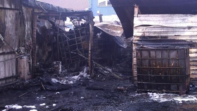 Wczoraj około godz. 15, na ul. Drogowców w Dębicy wybuchł pożar. Płonęła myjnia samochodowa wraz z jej wyposażeniem. Kilka zastępów straży pożarnej prowadziło akcje gaśniczą. Policjanci zabezpieczyli miejsce zdarzenie, po czym pod nadzorem biegłego z zakresu pożarnictwa prowadzili oględziny zniszczonej myjni, gromadząc równocześnie materiał dowodowy, który umożliwi ustalenie przyczyny pożaru. Pomimo groźnie wyglądającego zdarzenia, nikt z pracowników ani osób postronnych nie ucierpiał.