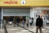Klienci w IKEA w sobotę 20 marca - pierwszy dzień po zamknięciu centrów handlowych