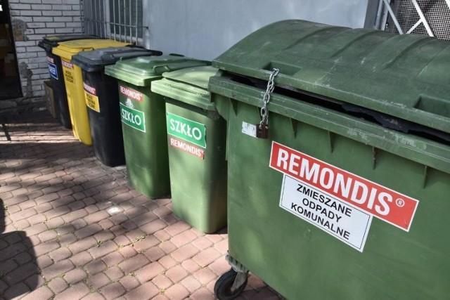 Mieszkaniec Opławca zgłosił problem z wywozem śmieci z jego posesji. Zamiast worków przed domem ustawił pojemniki