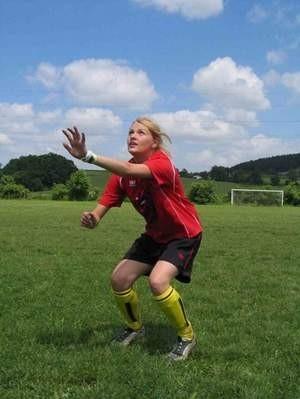 Po ciężkim treningu można poleżeć chwilę na trawie.