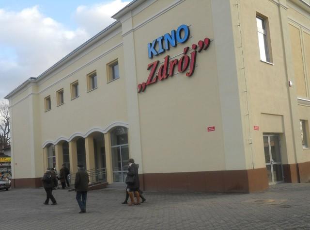 Miejskie Centrum Kultury w Ciechocinku ma kino, które wprawdzie mieści się na pietrze budynku, ale jest tu samoobsługowa winda dla osób z niepełnosprawnościami.