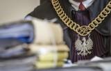 Akt oskarżenia przeciwko 20 osobom. Prokuratura zarzuca im 56 przestępstw, w tym czerpanie korzyści z nierządu czy posiadanie broni