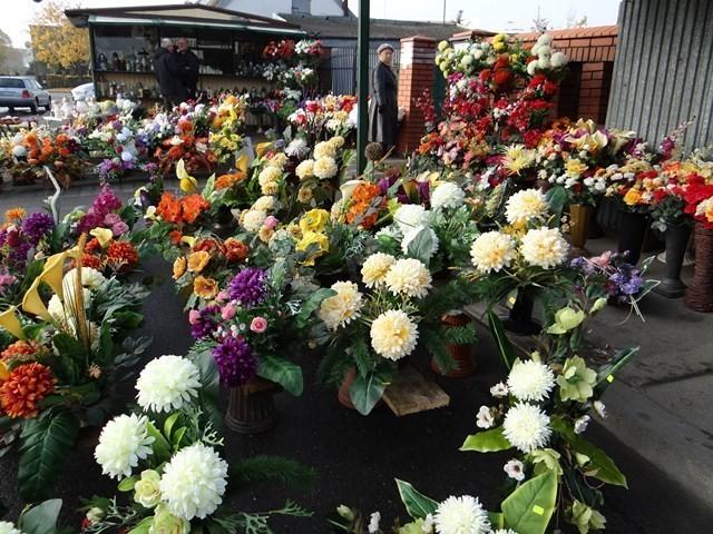 Kwiaty i znicze przy cmentarzu w Sieradzu